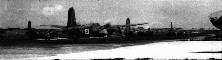 По мере того, как союзники наступали, авиационные части перебазировались во Францию. Этот снимок сделан осенью 1944 года. Справа виден остекленный нос A-20J или К.