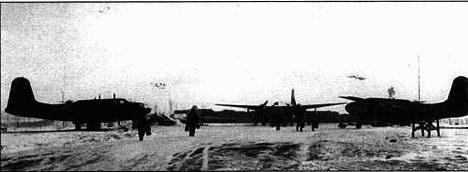 Когда в середине декабря 1944 года немцы предприняли свое последнее наступление в Арденнах, нелетная погода сковывала действия союзнической авиации. Но едва небо расчистилось, союзники подняли свои самолеты в воздух, что и спасло их фронт от прорыва. 410-я бомбардировочная группа заслужила благодарность в приказе. Эти А-20 готовятся к боевому вылету в последние дни боев в Арденнах.