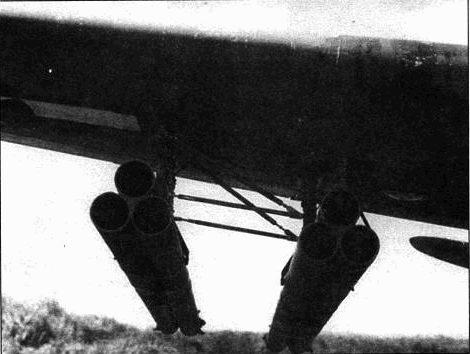 Каждая направляющая содержит одну 4,5-дюймовую ракету М3Т30. Ракеты имели фугасную боеголовку и стабилизировались в полете за счет вращения. А-20 мог нести двенадцать ракет. Опыт показал низкую эффективность этого оружия.
