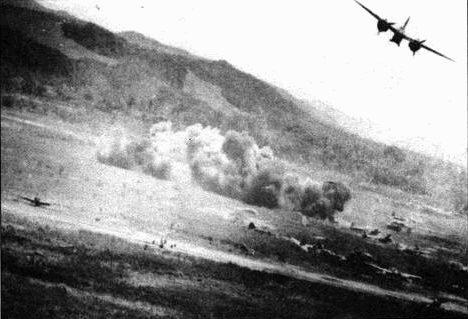 Бомболюк открыт! А-20 сбрасывает бомбы на позиции Японцев. В конце 1943 года на Тихий океан начали прибывать новые модификации А-20. На этом ТВД самолет А-20 оказался более эффективный, чем в Европе, поскольку японцы не располагайi столь мощной зенитной артиллерией как немцы.