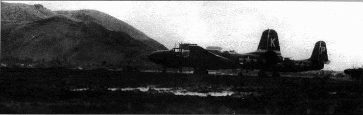 На переднем плане Л-20 и/ 288-й бомбардировочной эскадрильи 312-й бомбардировочной группы. «Червы» под горизонтальным стабилизатором — эмблема эскадрильи. Другие эскадрильи группы использовали в качестве эмблемы другие карточные масти: трефы 386-я группа, бубны 387-я группа, пики 389-я группа. На заднем шанс виден А-20 без хвостового кока.
