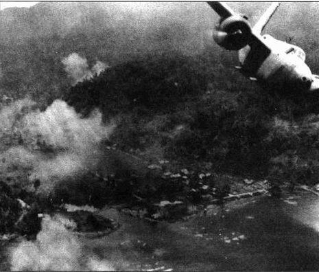 «Хавоки» особенно хорошо подходили для борьбы с небольшими целями, в том числе кораблями и судами. Этот А-20 сбрасывает бомбы на японские транспорты в бухте Гумбольта. Самолет принадлежал 3-й бомбардировочной группе.