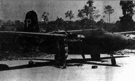 Механики ремонтирую двигатель A-20G из 417-й бомбардировочной группы. Эскадрильи в составе группы обозначались цветной полосой на киле.