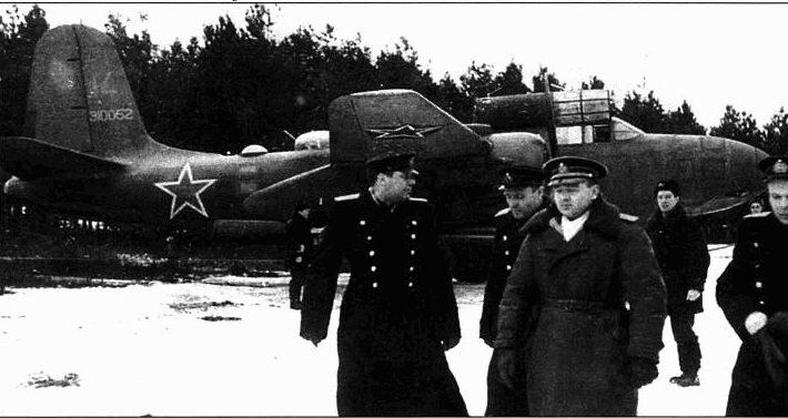A-20G-35-DO (43-10052, «14»), 51-й МТАП, Балтийский флот, 1944 год. На переднем плане в центре заместитель командующего авиацией КБФ генерал-майор И. И. Зербин