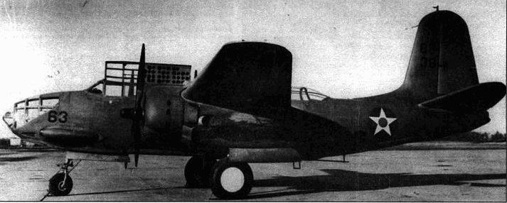 У первых А-20 А в капоте двигателей имелись овальные вентиляционные отверстия. Позднее отверстия исчезли, поскольку они практически не влияли на охлаждение двигателя. В носовой части фюзеляжа виден продо. лговатый блистер, под которым скрывается 7,62-мм пулемет.