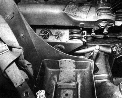 Левая консоль и кресло пилота.