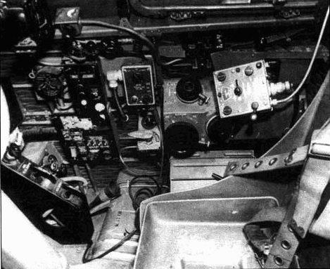 Задняя часть правой консоли, кресло пилота. Изнутри кабину окрашивали краской Zinc Chromate Green.