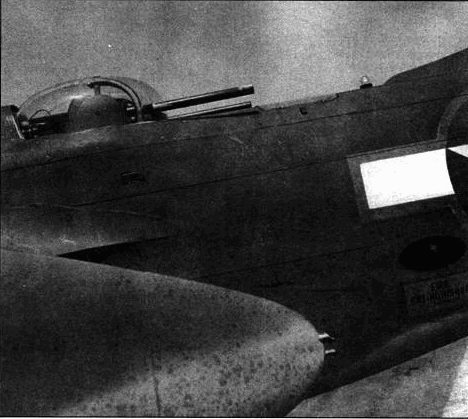 На поздних A-20G вместо прежней полуоткрытой пулеметной установки появилась вращающаяся турель «Мартин» с парой 12,7-мм пулеметов. Пулемет, защищающий днище самолета, остазся на прежнем месте. В иллюминаторе видна пулеметная лента нижнего пулемета.