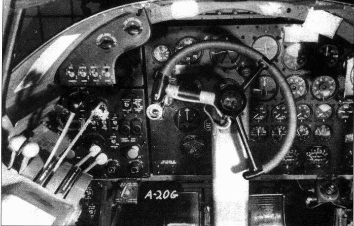 Кабина пилота на A-20G лишь незначительно отличаюсь от кабин более ранних машин. Кнопка на штурвале — спуск носовых пулеметов. Слева ручка газа, регулятор состава топливовоздушной смеси и регулятор шага винтов.