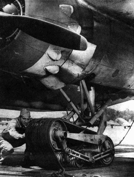 Гусеничная тележка вместо колеса также должна была позволить самолету садиться на аэродромах с поврежденной ВПП. Американцы часто захватывали аэродромы в плохом состоянии. Однако специальные аэродромные бригады быстро приводили взлетные полосы в порядок, поэтому необходимость в гусеничном шасси отпала.