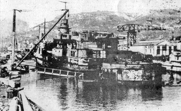 """Сверху вниз: """"Страсбург"""" после вступления в строй, 1939 год; """"Страсбург"""" во время одного из нечастых после перемирия выходов в море, 16 октября 1940 года; так выглядел """"Дюнкерк"""" после освобождения Тулона в 1944 году"""