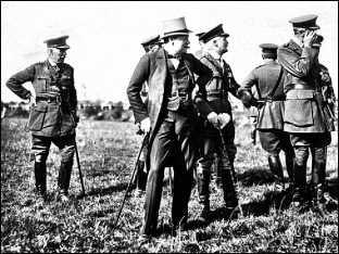 Уинстон Черчилль Первый Лорд Адмиралтейства среди британских военных 1914г.