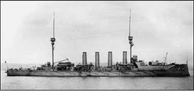 Броненосный крейсер «Дифенс» — последний броненосный крейсер Британии. Флагман контр-адмирала Трубриджа. В «охоте» на «Гебена» приняли участие представители трех последних серий броненосных крейсеров Великобритании. Обладая сходной с линейными крейсерами первого поколения бронезащитой (фактически тот же 152-мм пояс) они уступали им и в скорости и в мощи артиллерийского вооружения.