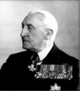 Адмирал сэр Вильям Арчибальд Говард Келли, в 1914-м командовал легким крейсером «Глостер». Младший брат командира «Дублина» Джона Келли.