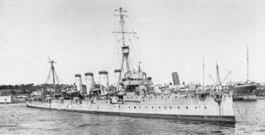Легкий крейсер «Глостер», представитель первой группы крейсеров класса «Таун», в отличие от более поздних кораблей были вооружены всего двумя 152-мм орудиями и 10-ю малополезными в бою с крупными кораблями 102-мм орудиями. Единственный из участников «Большой погони» которому удалось хотя бы пострелять по противнику.