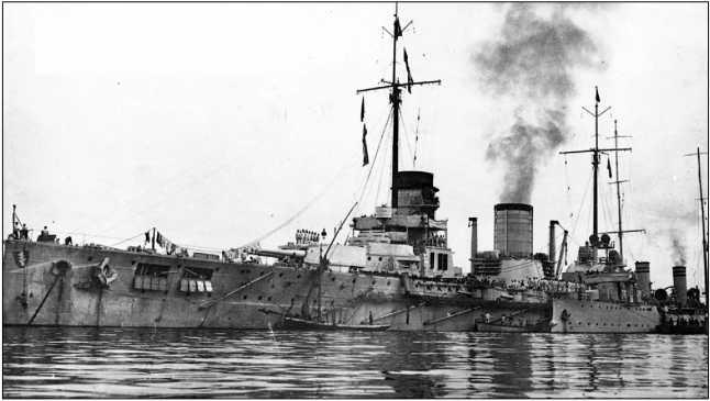 «Гебен», уже как «Явуз» под турецким флагом. У борта стоит торпедная канонерская лодка «Берки Шефкет». Сентябрь 1914г.