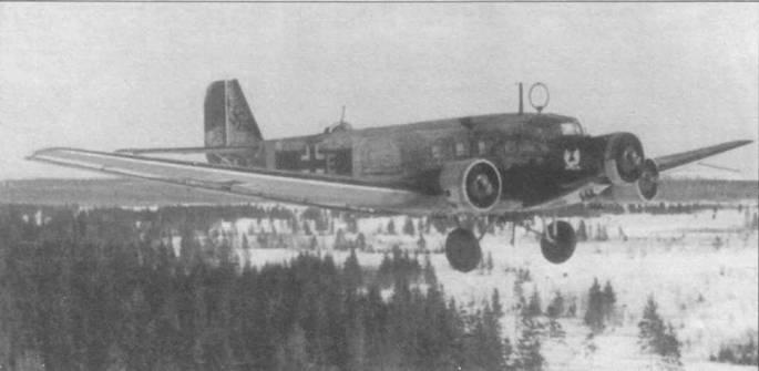 Ju-52/3m g5e в зимней камуфлированной окраске сфотографирован в полете над заснеженным русским лесом. Бросается в глаза огромная рамочная антенна радиокомпаса, обычно диаметр антенн РПК был меньше. Несмотря на то, что к началу войны самолет уже устарел, Ju-52/3m оставался основных транспортным самолетом люфтваффе все военные годы. Это была неприхотливая и надежная машина. Немцы прозвали самолет «Tante Ju» (тетка Ю), союзники — «Железная Анна».