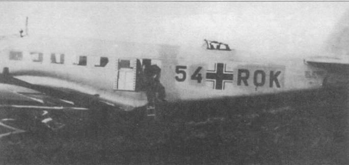 Старый идентификационный код на этом Ju-52/3m g3е закрашен светло-серой краской, поверх нанесен нестандартный код «5 +ROK». Скорее всего, самолет в начале Второй мировой войны использовался в качестве штабного. Основные опоры шасси окрашены в черный цвет, на Ju-52/3m поздних выпусков опоры шасси черной краской не красили.