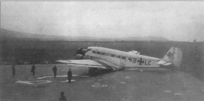 С началом Второй мировой войны в люфтваффе была передана большая часть Юнкерсов Люфтганзы, в том числе и Ju-52/3m гео (KB+LC). Снимок сделан на аэродроме Будаёрс в Венгрии в самом начале войны. Машина оптимизирована для высотных полетов. Большинство доставшихся люфтваффе Ju-52/3m гео ранее летаю в Южной Америке.