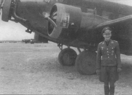Летчик позируют на фоне Ju-52/3m, Греция, весна 1941г. Капот среднего двигателя и передняя часть капота левого мотора окрашены в желтый цвет (RLM-04/ FS-33538). Такая окраска капотов практиковалась в период кампании на Балканах. Обратите внимание на выхлопные патрубки двигателей. Конструкция основных опор шасси маю меняюсь на протяжении всего развития семейства самолетов Ju-52/3m.
