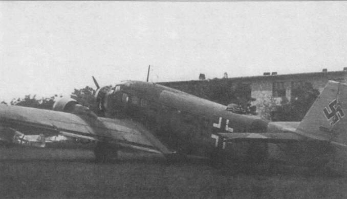 Ju-52/3m g4e (SE+XX) сфотографирован на венгерском аэродроме Жомбатели, апрель 1941г. Самолет приминал участие в операции «Марита» — вторжении немецких войск на Балканы. Все вертика.1ьное оперение окрашено в желтый цвет RLM- 04. Обычно в желтый цвет окрашивались только рули направления.