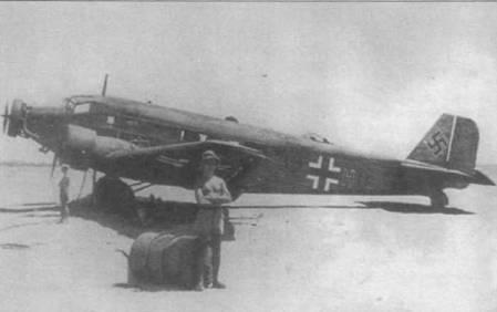 Самолет Ju-52/3m g7e ‹IZ+HU) сфотографирован на аэродроме в Северной Африке, машина целиком окрашена в черно-зеленый цвет RLM-70. На большинстве самолетов Ju-52/3m, летавших в Северную Африку, устанавливались воздухозаборники для вентиляции кабин.