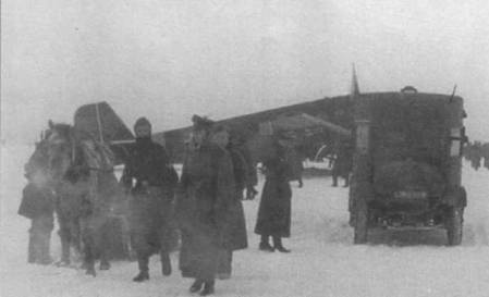 Разгрузка транспортного Ju-52/3m на аэродроме Питомник, Сталинград, ш. ча 19421943г.г. Транспортная авиации тфтваффе понесла тяжелейшие потери в ходе попытки снабж ать окруженную под Сталинградом 6-ю армию Паулюса по воздуху.