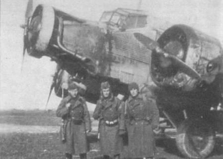 Словацкие солдаты позируют на фоне Ju-52/3m g4e из TG-3. 8 февраля 1943г. самолет перевозил словацких солдат из Славянска в Керчь. В носовой части фюзеляжа едва различима эмблема TG-3.