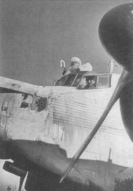Второй пилот высунулся почти по пояс из кабины Ju-52/3m, район Сталинграда, зима 1942–1943г.г. Командир выглядывает в открытое окно кабины. Самолет окрашен в белый цвет, обратите внимание на качество окраски — сплошные потеки. Видимо, красили кисточкой и наспех. На воздушном винте левого двигателя установлен кок — коки крайне редко можно увидеть на винтах двигателей самолетов Ju-52/3m.