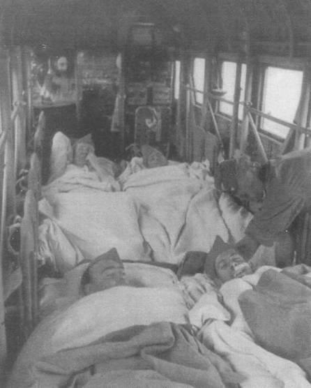 Эвакуация раненых с Восточного фронта на самолете Ju-52/3m g4e. Раненые лежат в кабине в два ряда, трехмоторный Юнкерс мог перевозить до 12 лежачих больных. Впереди — стойка с радиоаппаратурой и рабочее место радиста.