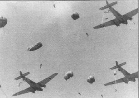 Высадка парашютного десанта с самолетов Ju-52/3m на учениях. Парашютисты покидают самолеты через заднюю дверь в левом борту фюзеляжа. Парашюты раскрываются принудительным способом. После тяжелейших потерь, понесенных германскими <a href='https://arsenal-info.ru/b/book/220547331/8' target='_self'>воздушно-десантными</a> войсками в мае 1941г. на Крите. Германия проводила десантные операции только ограниченных масштабов.