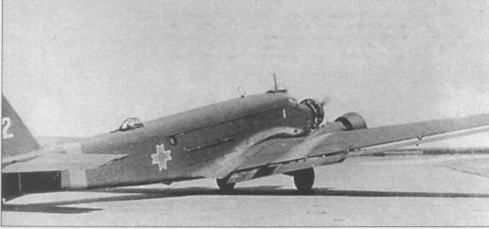 Ju-52/3m g7e (бортовой номер 12) Королевских ВВС Румынии выруливает на старт. Над кабиной установлена турель Condor-Haube с пулеметом MG-15 калибра 7,92 мм. Вокруг фюзеляжа нанесена полоса желтого цвета — отличительный признак самолетов Германии и ее союзников, действовавших на Восточном фронте. Окна грузовой кабины закрыты металлическими пластинами.