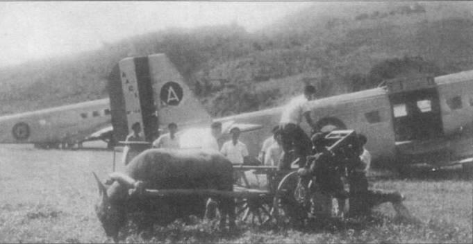 Загрузка самолета ААС-1 (серийный номер 16), аэродром Насан, Французский Индокитай, 1950г. Грузовой люк самолета — трехстворчатый. Французы применяли Ju «Туканы» в Индокитае и как транспортные, и в качестве бомбардировщиков до 1952г.