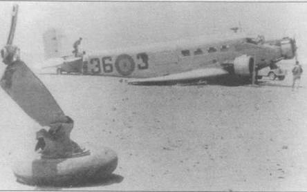 Самолет C.4SA-352L (36-3) потерпел аварию из-за поломки шасси при посадке в Испанской Сахаре. На переднем плане — часть правой основной опоры шасси с колесом. Ju-52/3m испанского производства имели удлиненные капоты двигателей.