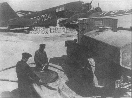 Ju-52/3m g4e (СССР-Л6) Аэрофлота сфотографирован в 1947г. в аэропорту Ашхабада. Красная Армия в качестве трофеев захватила в годы войны внушительное количество Ju-52/3m, которые использовались затем в ВВС и Аэрофлоте. Аэрофлотовские Юнкерсы летали до 50-х годов.