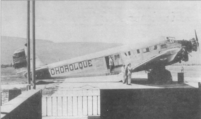 Ju-52/3m de «CHOROLOQUE» (Werk Nr. 4018) авиакомпании Lloyd Aero Boliviano сфотографирован в перерыве между полетами. Кольцо Тауненда на среднем двигателе не установлено. Воздухозаборник вентиляции кабины находится в передней части фюзеляжа, в то время как на большинстве самолетов он находился в задней части фюзеляжа.