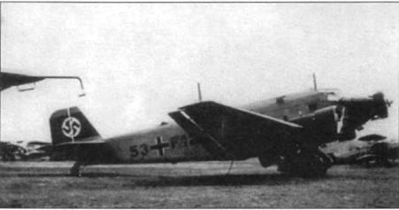 Бомбардировщик Ju-52/3m g3e (53+F12) на аэродроме люфтваффе, середина 30-х годов. Обратите внимание на совершенно необычную для Ju-52/3m g3e установленную на конце правой плоскости крыла радиомачту. Самолет модификации g3e стал первым Ju-52/3m, принятым на вооружение люфтваффе. По требованию военных по правому борту фюзеляжей всех самолетов ставились электрогенераторы с приводом от набегающего потока воздуха.