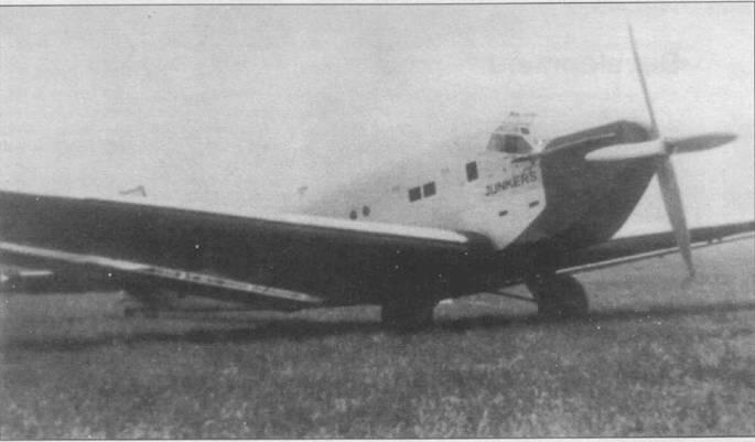 Летом 1931г. фирма Юнкерс организовала в рекламных целях перелет прототипа Ju-52 по странам Восточной Европы. Снимок сделан на аэродроме Боюриште в окрестностях Софии. Носовая часть фюзеляжа окрашена в черный цвет, надпись «JUNKERS» также сделана черной краской. Вместо двух первых круглых иллюминаторов сделаны прямоугольные окна.