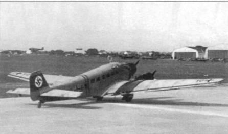 Бомбардировщик Ju-52/3m g3e (50+G10) рулит по ВПП аэродрома Вена-Асперн, 1939г. Вокруг фюзеляжа накрашены две узких полоски красного цвета — знак быстрой идентификации германских самолетов во время аншлюса Австрии. Над первыми двумя окнами грузовой кабины виден ветряк электрогенератора.