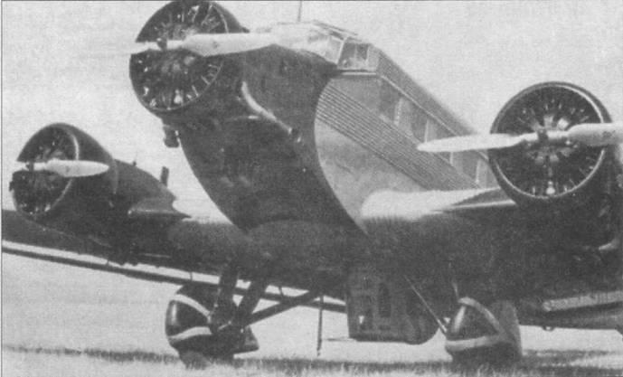 Бомбардировщик Ju-52/3m g3e на стоянке, видна нижняя пулеметная <a href='https://med-tutorial.ru/m-lib/b/book/1885560704/34' target='_blank' rel='external'>точка в</a> убранном положении. Максимальная бомбовая нагрузка самолета составляла 1500кг. Самолеты Ju-52/3m g3e из состава люфтваффе окрашивались серо-зеленой (RLM-63/FS 36373) и черной (RLM-22/FS 37038) красками.