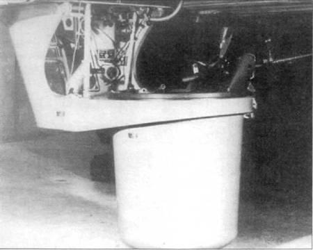Нижняя стрелковая точка самолета Ju-52/3m g3e в выдвинутом положении. На турели установлен один пулемет Рейнметалл MG-15 калибра 7,92 мм, боекомплект к нему составлял 750 патронов. Из-за большого лобового сопротивления в выпущенном положении, турель выдвигалась только в случае наличия непосредственной опасности — появления истребителей противника. Задачи стрелка выполнил бомбардир. Передняя стенка корзины имела остекление, что позволяло бомбардиру выполнять свои главные обязанности — прицеливаться перед сбросом бомб.