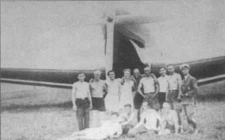 Болгары позируют на фоне прототипа Ju-52, аэродром Боюриште, лето 1931г. Хорошо виден четырехлопастный деревянный воздушный винт, диаметр винта 5м. Из Болгарии Ju-52 отправился в Белград. Маршрут рекламного перелета по Восточной Европе протяженностью 6000км пролегал по шести государствам.