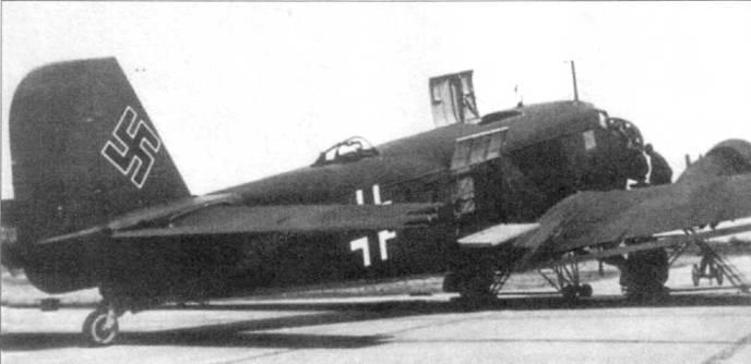 На самолете Ju-52/3m g4e (VK +АZ) открыты верхний и бортовой грузовые люки. Диаметр рамочной антенны радиокомпаса уменьшен по сравнению с антенной, ставившейся на самолеты Ju-52/3m g3e. Стандартной для военного времени окраской транспортных самолетов являлся рубленый камуфляж черно-зеленого (RLM-70/FS-34050) и темно-зеленого (RLM-71/FS-34079) цветов с нижними поверхностями светло-голубого цвета (RLM-65/FS-35352).