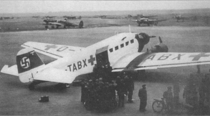 Полностью окрашенный в белый цвет Ju-52/3m g4e (D-TABX) приземлился на аэродроме во Франции, 1940г. Этот самолет использовался для сброса аварийных комплектам летчикам люфтваффе, сбитым над Ла-Маншем в ходе Битвы за Британию. Самолеты был построен как Ju-52/3m g3e, но потом доработан до уровня Ju-52/3m g4e. На фюзеляж и крылья нанесены красные кресты.