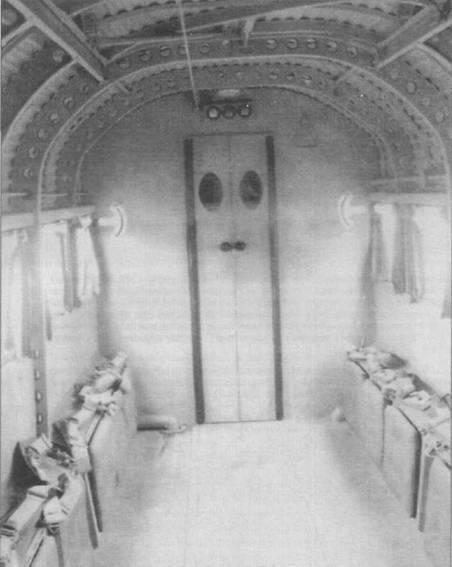 Интерьер грузовой кабины Ju-52/3m g4e стал стандартным для всех последующих военно-траснпортных модификаций самолета. Люк в крыше фюзеляжа открывался изнутри. Сиденья могли откидываться, увеличивая объем свободного пространства кабины. В грузовой кабине размещались 18 пассажиров, или 12 раненых на носилках, или 1845кг груза. Двустворчатая дверь в переборке ведет в хвост фюзеляжа и к верхней люковой пулеметной установке.