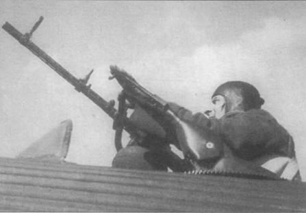 Ju-52/3m g4e и другие военные варианты оснащались верхней люковой пулеметной установкой. Турель имела круговой сектор обстрела, боекомплект к пулемету Рейнметалл MG-15 калибра 7,92 mm составлял 1050 патронов. Небольшое ветровое стекло, установленное перед турелью, частично защищало стрелка от скоростного напора воздуха в полете.