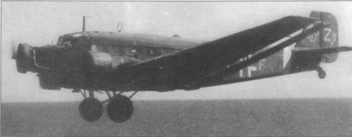 Ju-52/3m g5e из TG-3 в полете на предельно малой высоте над Средиземным морем. Самолеты модификации g5e лишились обтекателей на колесах основных опор шасси, обтекатели быстро забивались грязью или снегом при эксплуатации самолетов с грунтовых аэродромов. Воздухозаборник вентиляции кабины установлен на крыше фюзеляжа в его средней части. Самолеты, летавшие в Северную Африку, имели улучшенную вентиляцию кабин. На самолеты стран оси, действовавшие на Средиземноморье, накрашивались полосы белого цвета.