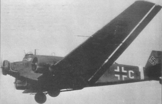 Ju-52/3m g7e сфотографирован в полете на малой высоте, Восточный фронт, 1941г. Самолет оснащен надкабинной стрелковой точкой Condor-Hauhe. Боекомплект пулемета MG-15 установки Condor-Hauhe составлял 975 патронов. Обратите внимание на прямой приемник воздушного давления в левой плоскости крыла, на машинах более раннего выпуска ставились ПБД с отогнутым концом.