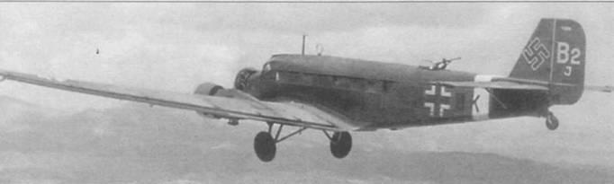 Ju-52/3m g7e в полете над южной Европой, 1941г. На руле направления написан временный регистрационный код «В2 J». Временная маркировка Ju-52/3m часто использовалась в транспортных авиационных частях люфтваффе, так как их тасовали по мере необходимости в зависимости от потребностей фронта в транспортных самолетах. По коду можно установить, что на снимок попал десятый (J) самолет второй (2) эскадрильи транспортной группы (В). Вокруг фюзеляжа накрашена полоса белого цвета — отличительный знак самолетов, действовавших на Средиземноморье.