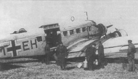 Разгрузка Ju-52/3m g10e (NM+EH) на аэродроме Полтава, начало 1942г. Самолет окрашен в белый временный зимний цвет поверх обычного камуфляжа. Вариант g10e стал первым Ju-52/3m с трехстворчатым грузовым люком.